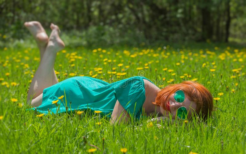 放松在春天公园的逗人喜爱的少妇画象  免版税图库摄影