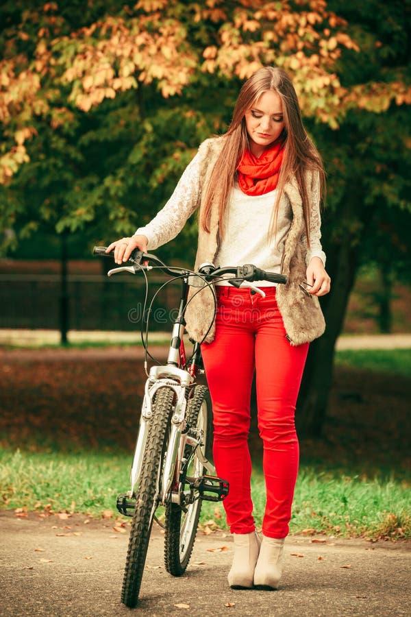 Download 放松在有自行车的秋季公园的女孩 库存图片. 图片 包括有 自治权, 幸福, 休息, 方式, 体育运动, 骑自行车的人 - 59103013