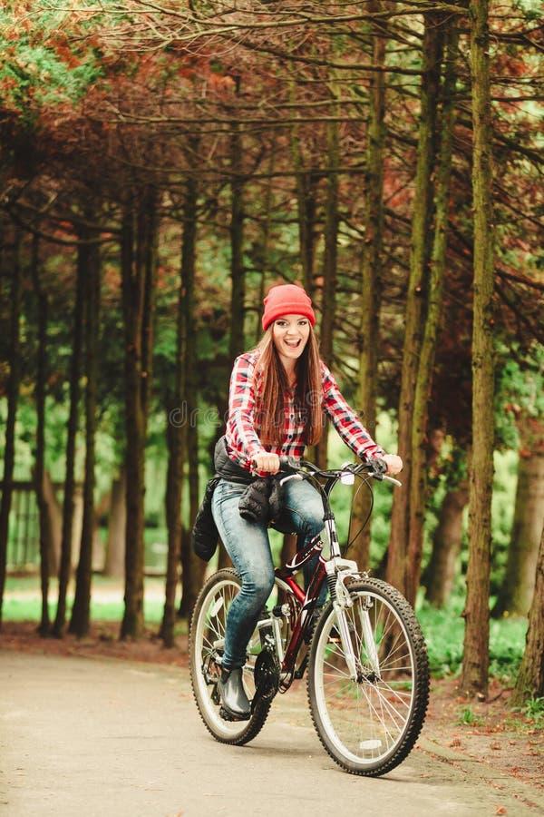 Download 放松在有自行车的秋季公园的女孩 库存图片. 图片 包括有 妇女, 骑马, 循环, 体育运动, 骑自行车的人 - 59103023