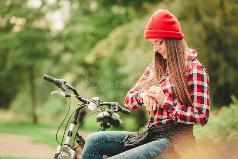 Download 放松在有自行车的秋季公园的女孩 库存照片. 图片 包括有 骑马, 户外, 自行车骑士, 叶子, 本质, 幸福 - 59103026