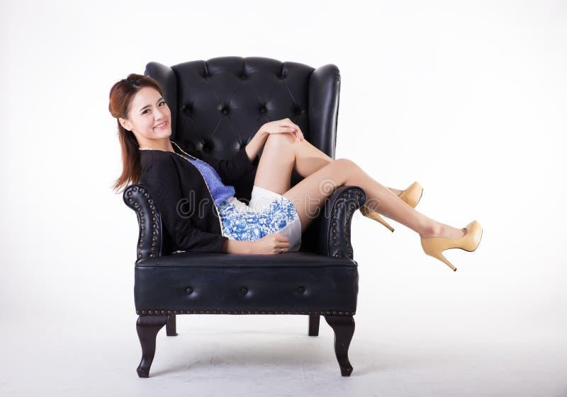放松在椅子的女商人 库存图片