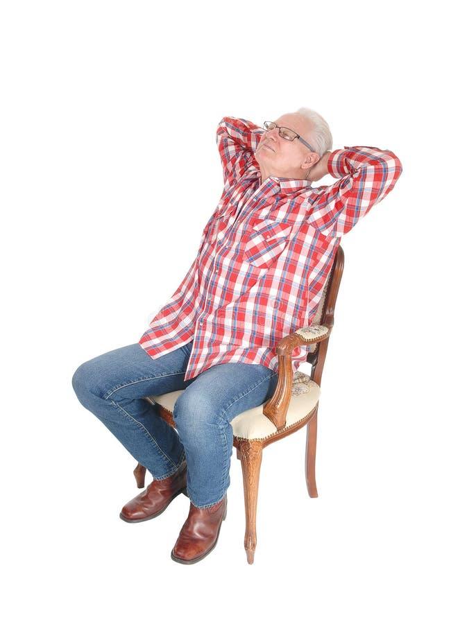 放松在椅子的老人 免版税库存图片