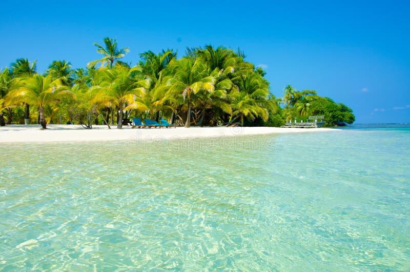 放松在椅子-美丽的海岛 免版税库存照片