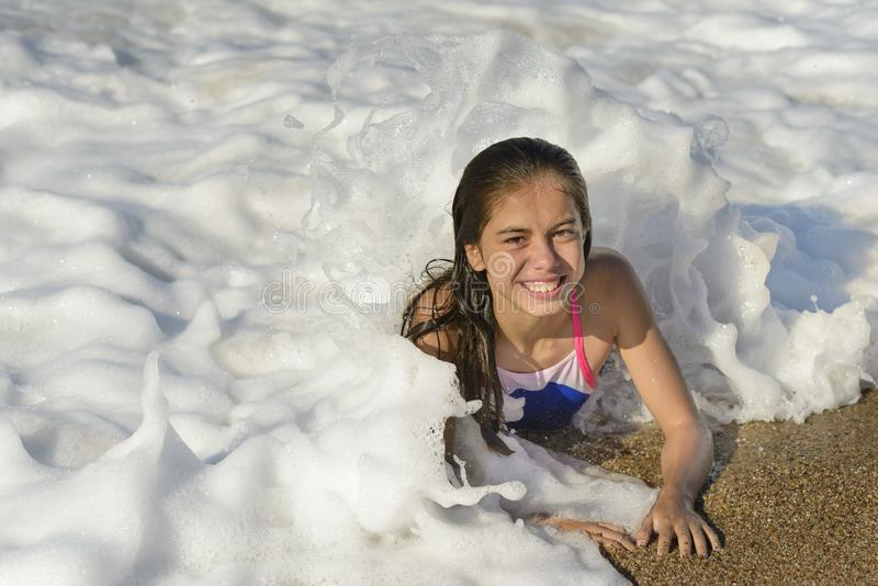 放松在水中的愉快的女孩 免版税库存照片