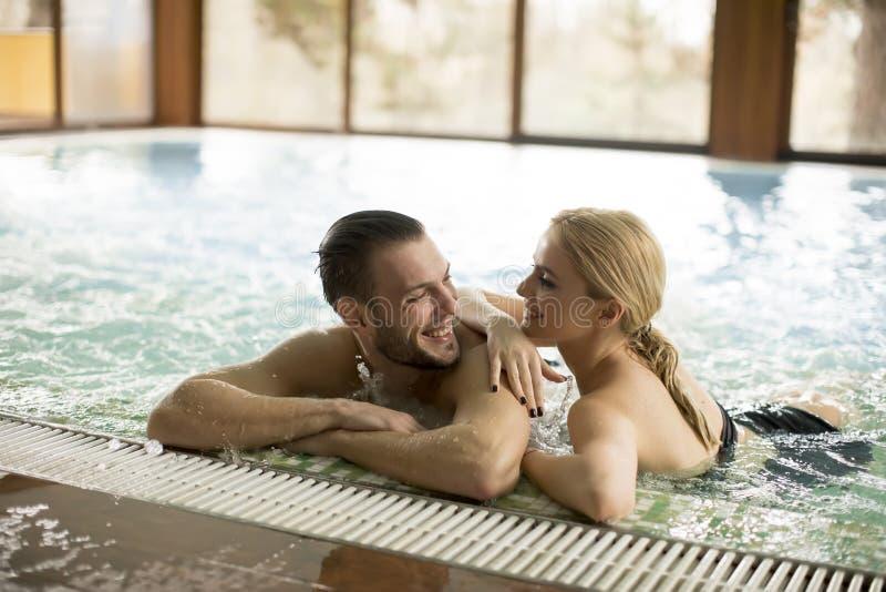 放松在水池的爱的夫妇在温泉 库存图片