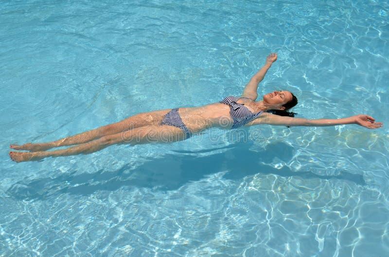 放松在池的妇女 库存图片