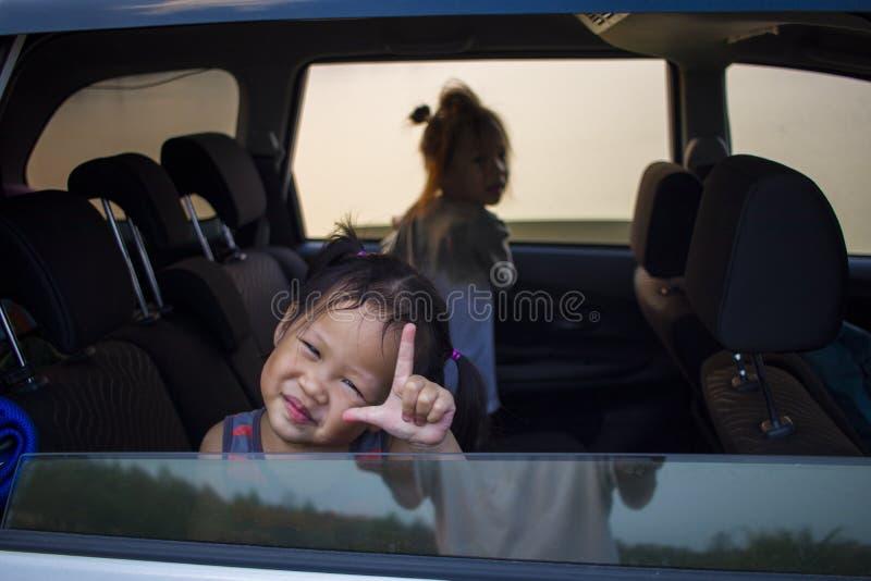 放松在汽车的孩子在旅行期间 免版税库存照片