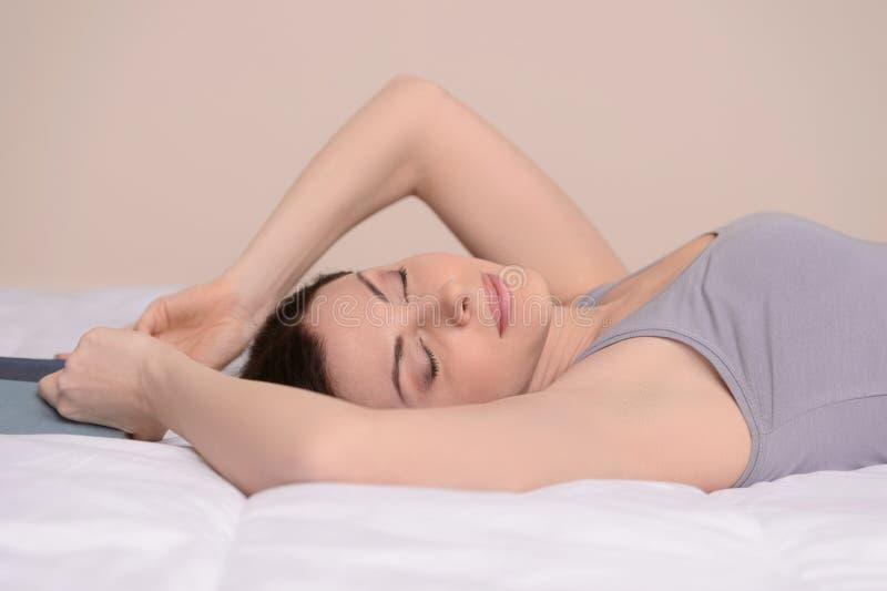 放松在沙发。如此睡觉在的美丽的中年妇女 图库摄影