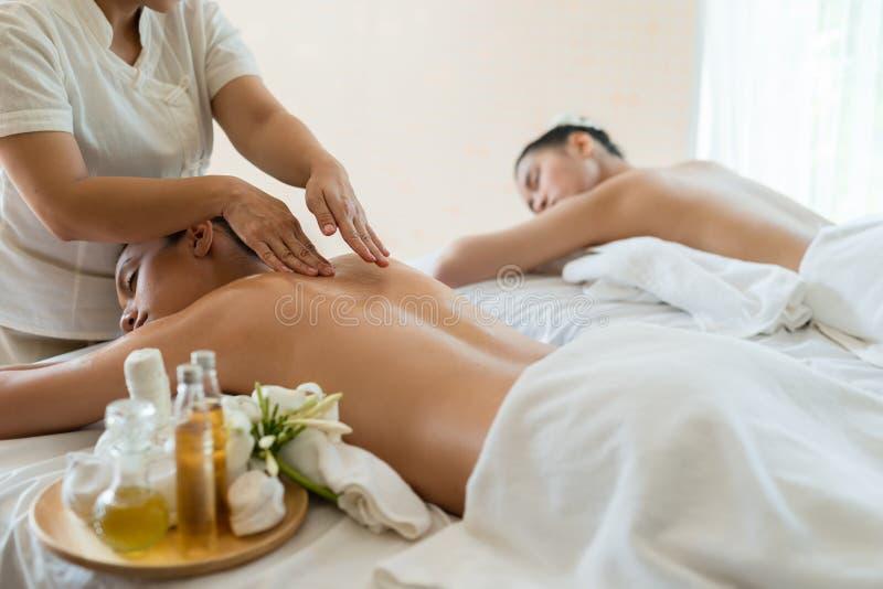 放松在油温泉massag的年轻美好的亚洲妇女睡眠 免版税库存照片
