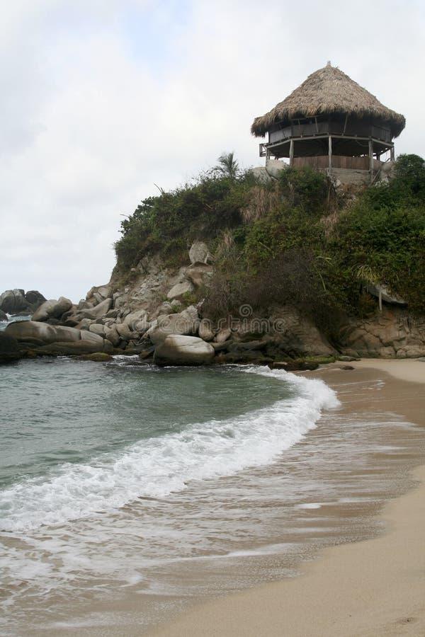 放松在海滩。 风雨棚 免版税库存照片