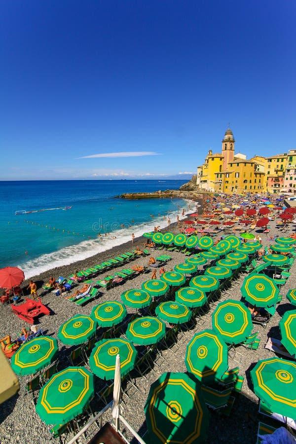 放松在海滩和大教堂圣玛丽亚Assunta在背景中,卡莫利的人们 免版税库存照片