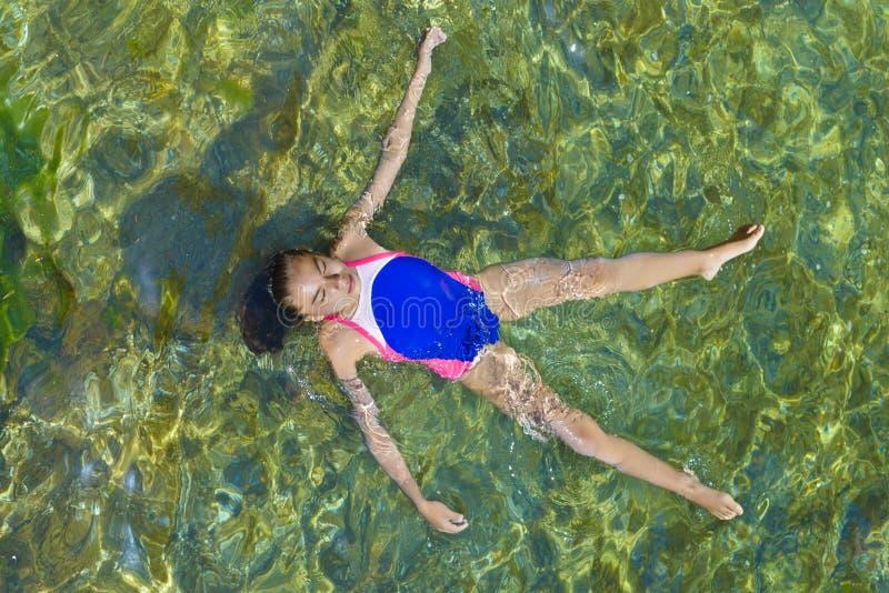 放松在海的女孩 免版税图库摄影