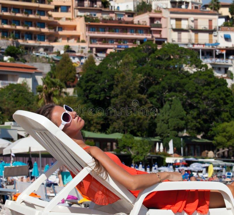 放松在海滩的一个少妇的特写镜头 免版税图库摄影