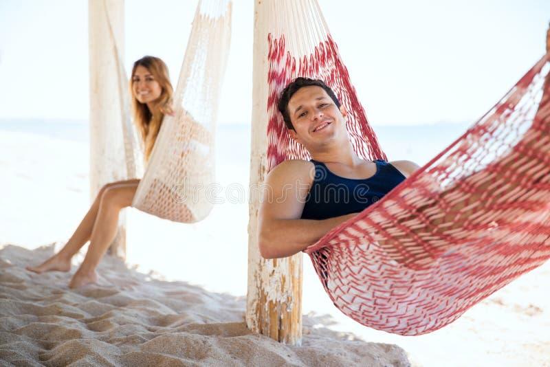放松在海滩的人和女朋友 库存照片