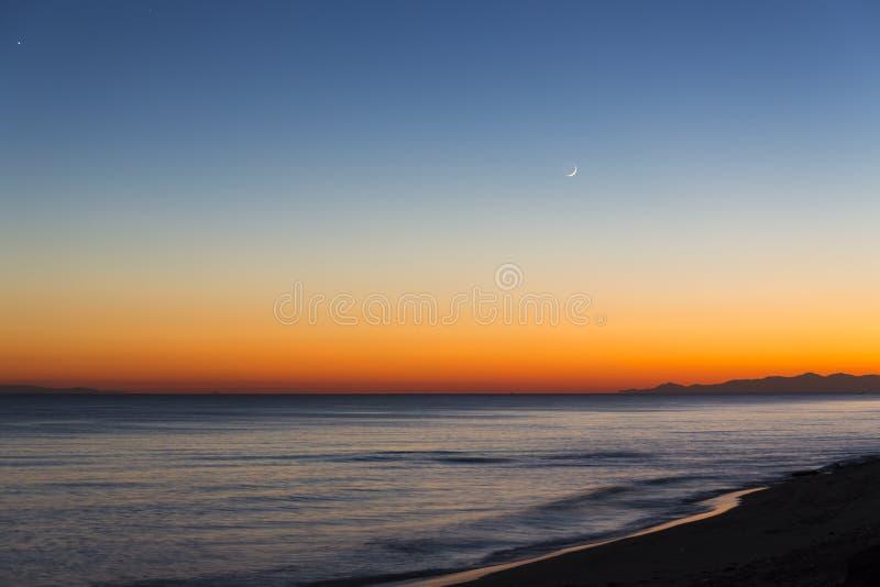 放松在海滩的天末端 库存图片