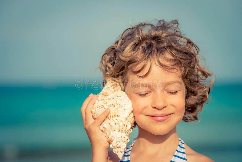 放松在海滩的孩子 免版税库存照片