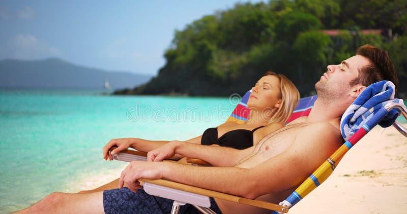 放松在海滩的Millennials在一好天儿 免版税库存照片