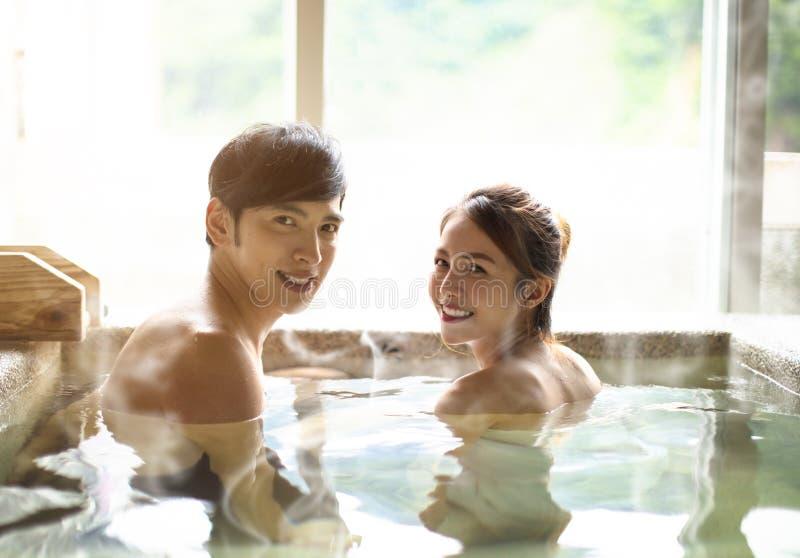 放松在温泉城的年轻夫妇 免版税库存图片