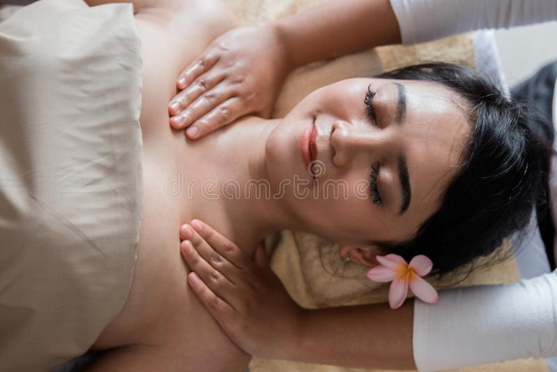 放松在温泉按摩的妇女 图库摄影