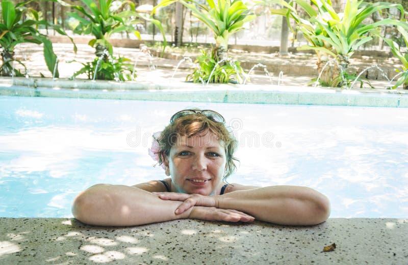 放松在温泉沙龙的水池的妇女 免版税库存照片