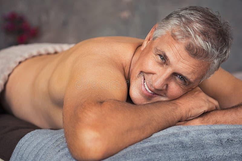 放松在温泉的老人 免版税库存照片