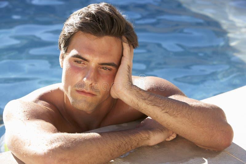放松在游泳池的年轻人 图库摄影