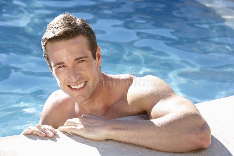 放松在游泳池的年轻人 免版税库存照片