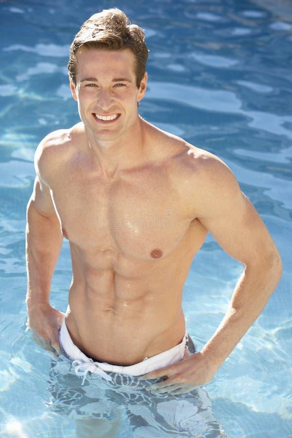 放松在游泳池的年轻人 库存图片