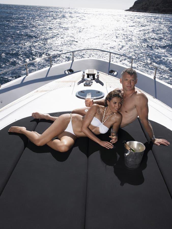 放松在游艇的浪漫夫妇 库存图片