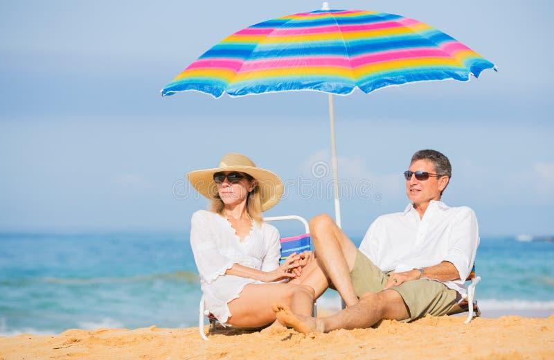 放松在热带海滩的夫妇 免版税图库摄影