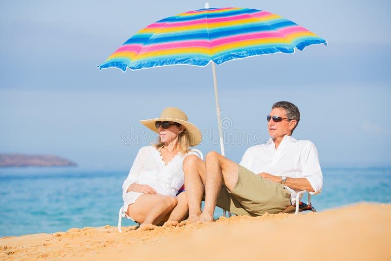 放松在热带海滩的夫妇 库存图片