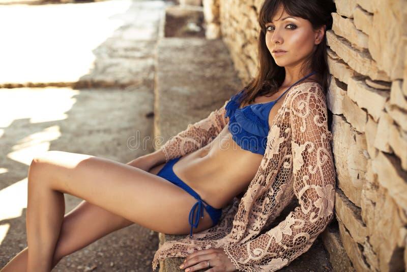 放松在热带的皮包骨头的深色的夫人 图库摄影