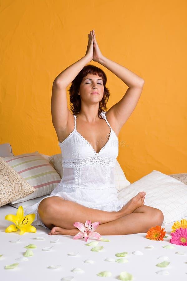 放松在瑜伽位置的美丽的少妇 库存图片