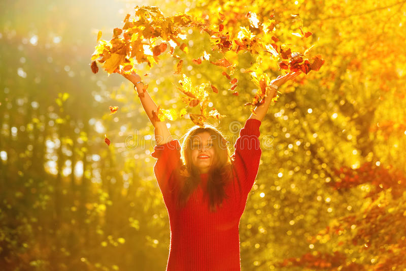 Download 放松在秋天公园投掷的叶子的妇女悬而未决 库存照片. 图片 包括有 无忧无虑, 五颜六色, 女性, 放松, 幸福 - 59103066