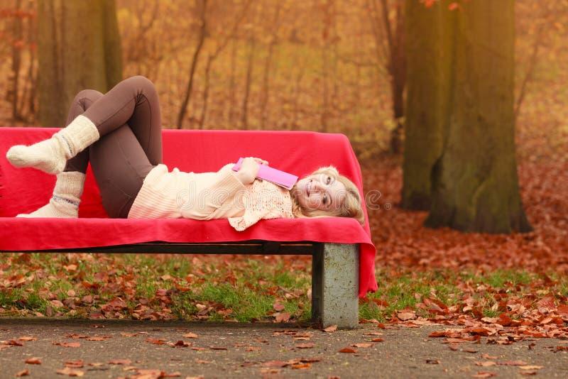 Download 放松在秋天有书的秋天公园的妇女 库存图片. 图片 包括有 公园, 生活方式, 钉书匠, 愉快, 时间, 秋天 - 59103095