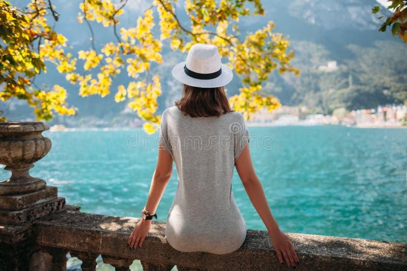 放松在美丽的Garda湖的少妇 免版税库存图片