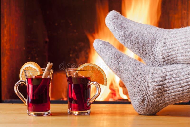放松在舒适壁炉在冬天晚上 免版税图库摄影
