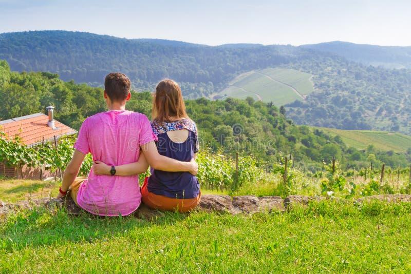 放松在草甸的年轻夫妇 库存图片