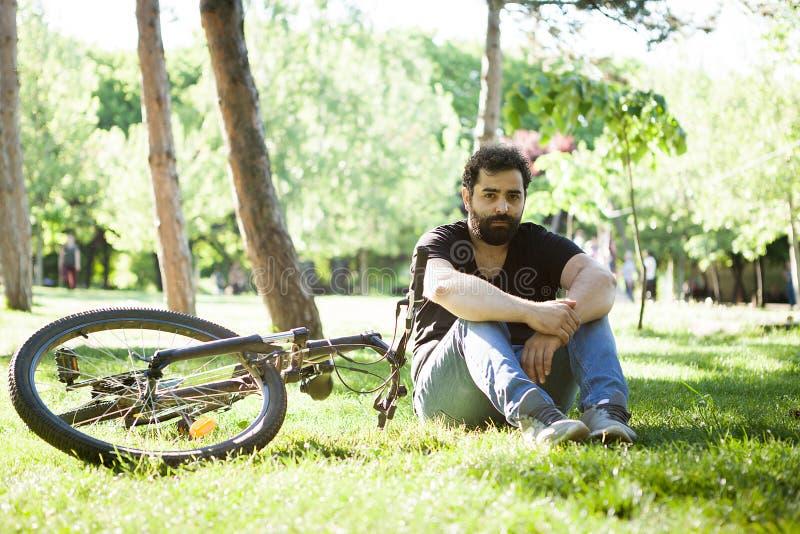 放松在草的公园的有胡子的人 库存照片
