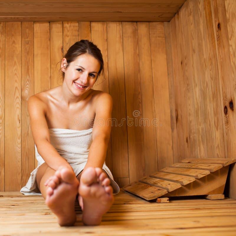 放松在蒸汽浴的妇女 免版税图库摄影