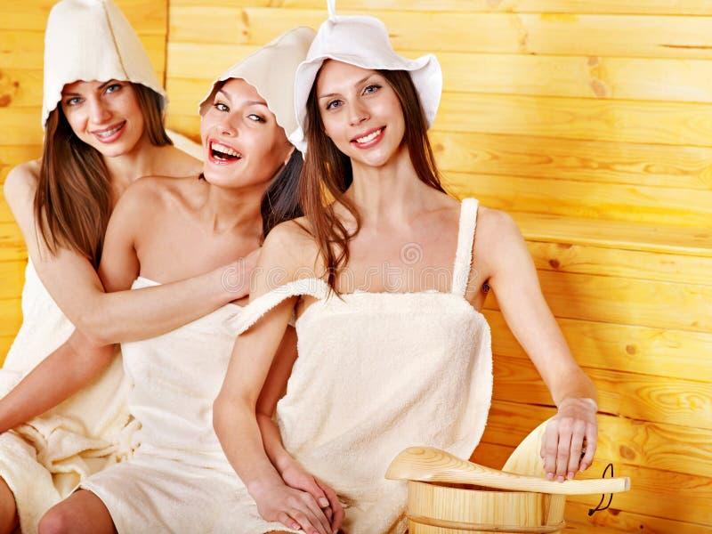 放松在蒸汽浴的朋友。 免版税库存照片