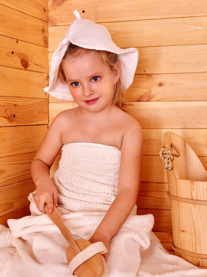 放松在蒸汽浴的孩子 免版税库存图片