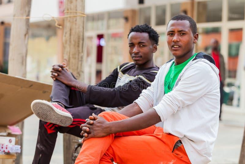 放松在街角的两个年轻人 免版税库存照片