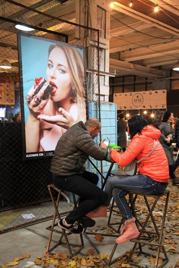 放松在街道食物节日的未认出的人民在基辅,英国 免版税库存照片