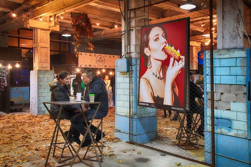 放松在街道食物节日的未认出的青年人在Ki 库存图片