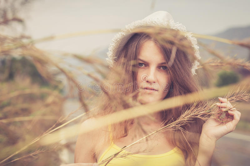 放松在路的帽子的时髦行家女孩天t 库存图片