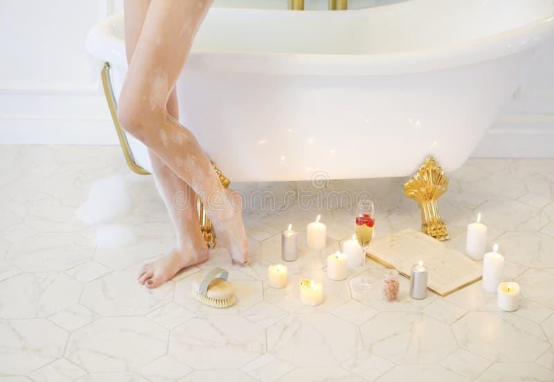 放松在轻的背景的浴以后的可爱的女孩 库存照片