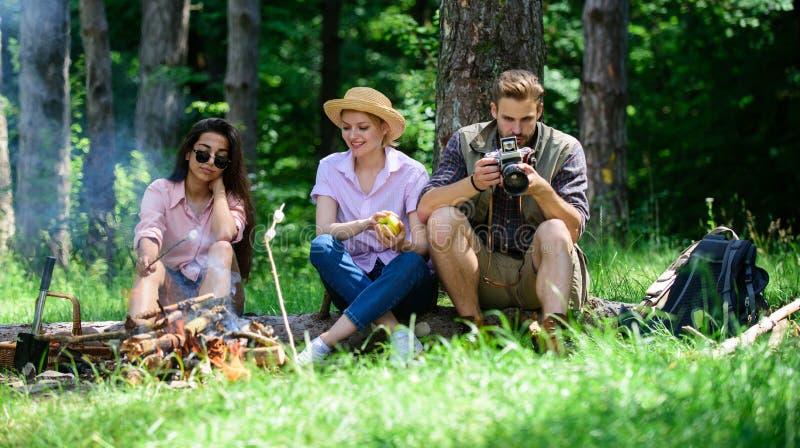 放松在野餐森林背景的公司远足者 在周末上花费了不起的时间 快餐的止步不前在远足期间 公司 免版税库存照片