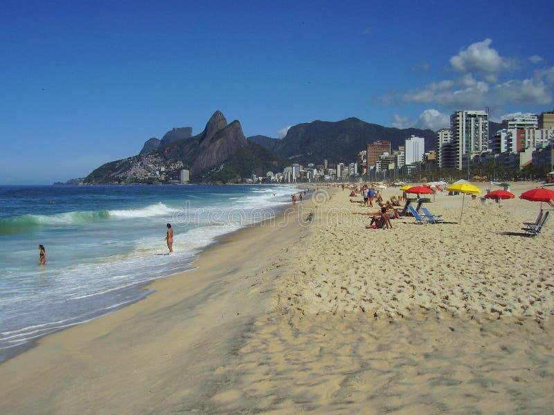 放松在阳光下在Ipanema海滩 库存照片