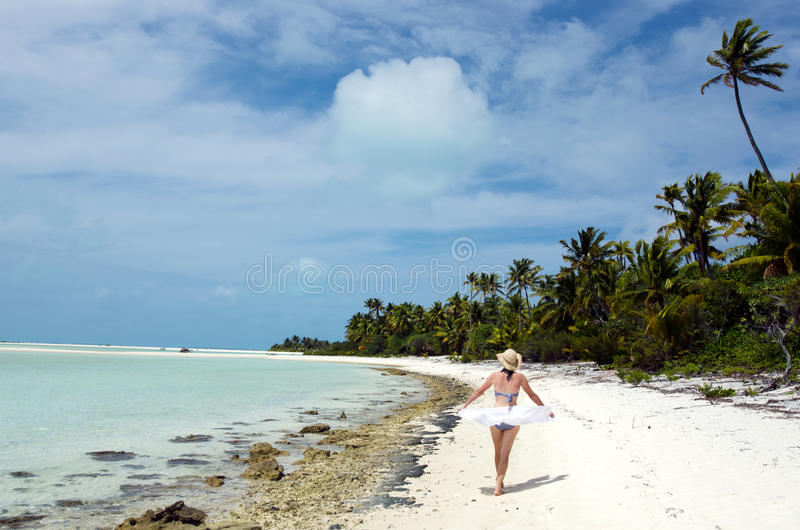 放松在离开的热带海岛上的少妇 免版税库存照片